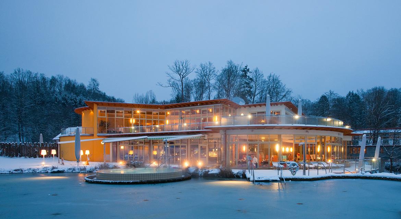 Winterliche Außenansicht der Heiltherme Bad Waltersdorf am Abend