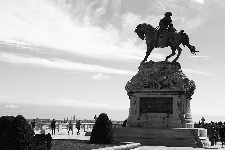 Prinz Eugen Statue mit Promenade und Passanten schwarz weiß