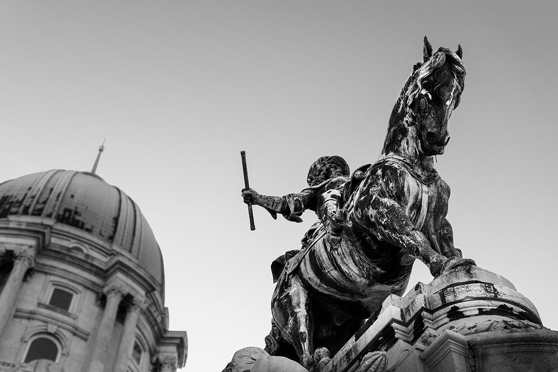 Eugen21 Statue von Prinz Eugen mit Blick in den Himmel schwarz weiß