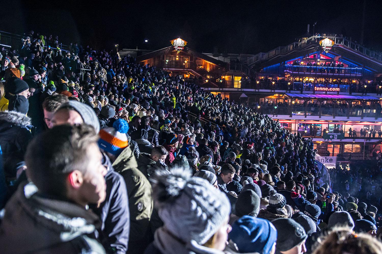 Crowd vor der Tenne in der Nacht