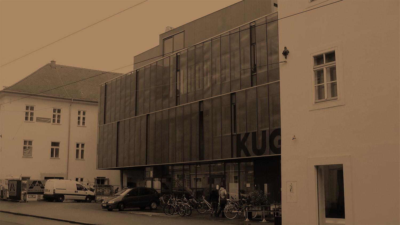 Gebäude der Kunstuni Graz mit Glasfassade in sepia