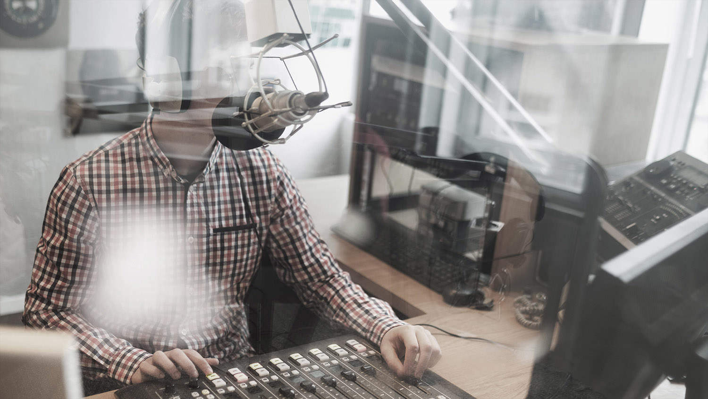 Aircampus Radio-Studio mit Moderator vorm Mikro und Mischpult