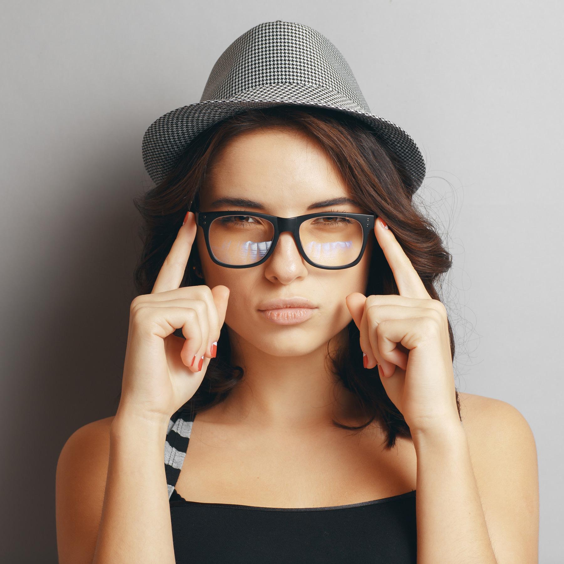 Frau mit Brille von Essilor und Hut