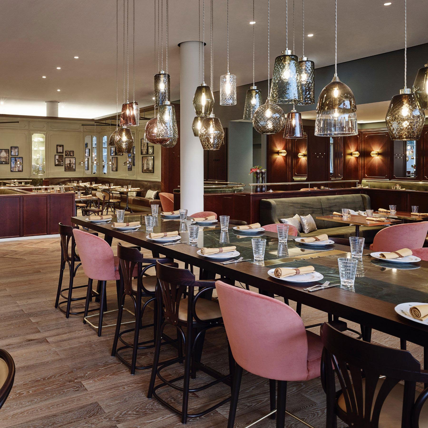 Restaurant Eugen21 mit Tischen und Designerlampen Ambiente