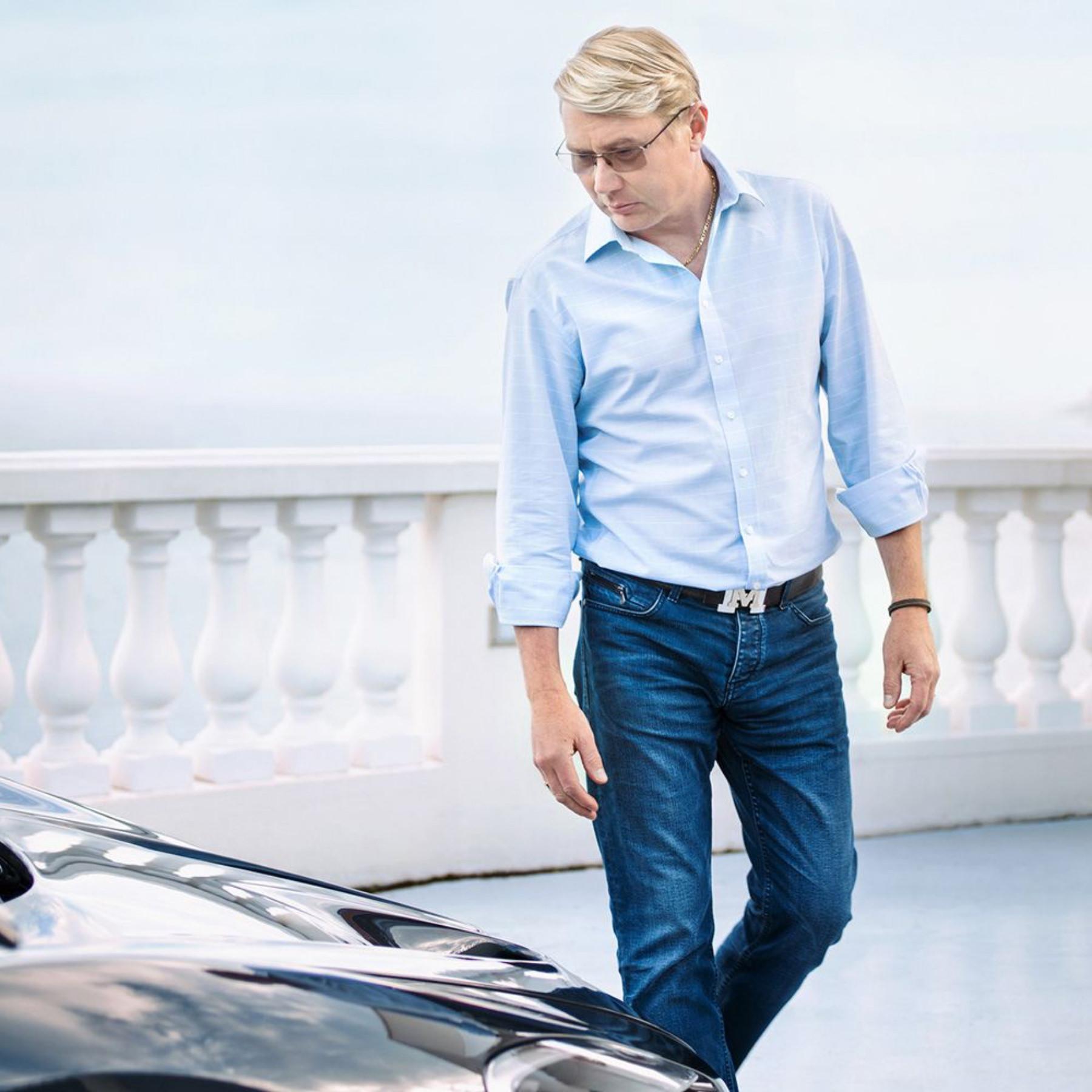 Mikka Häkkinen mit Brille und Hemd vor Auto in Monaco