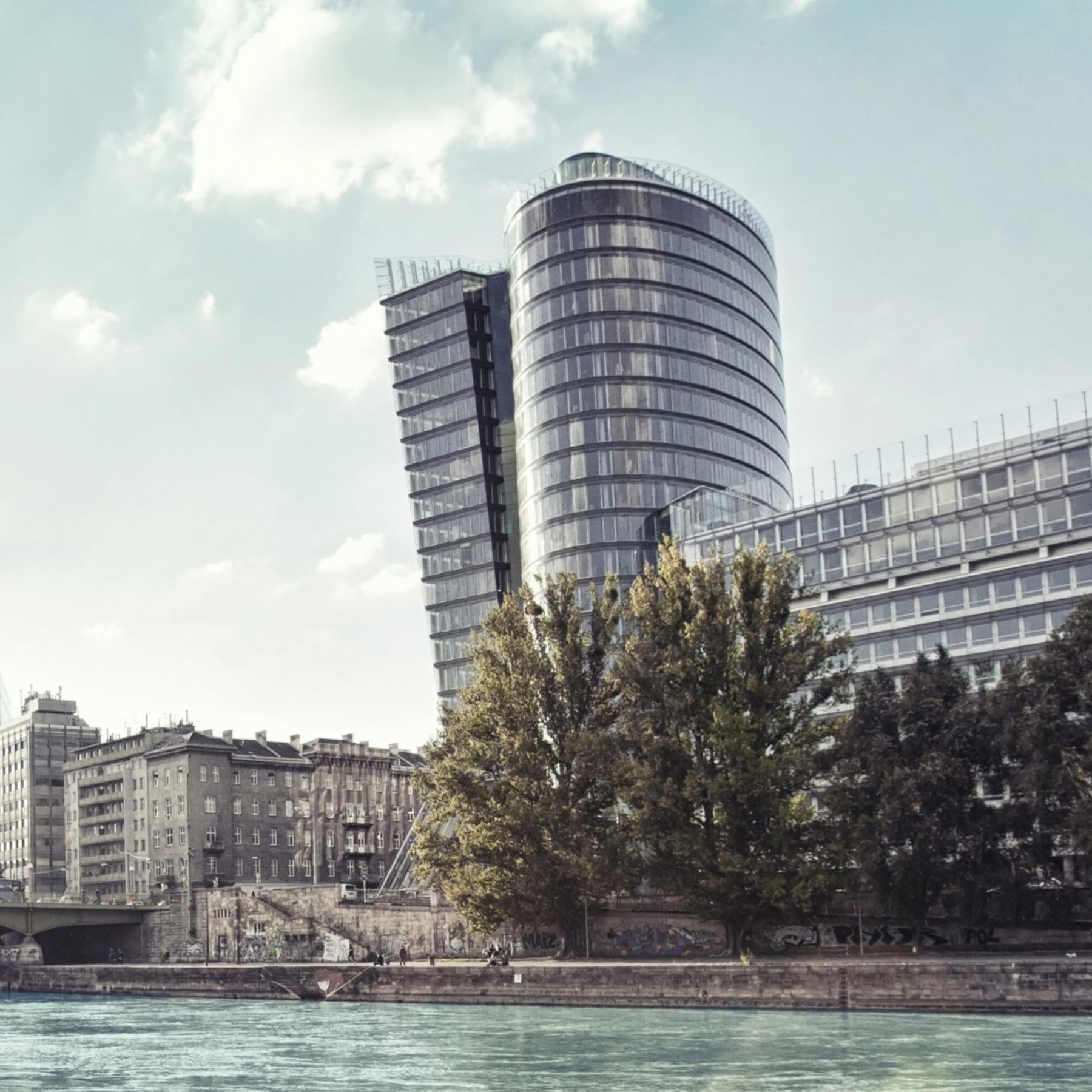 Uniqa Gebäude in Wien mit Donau und Altbauten