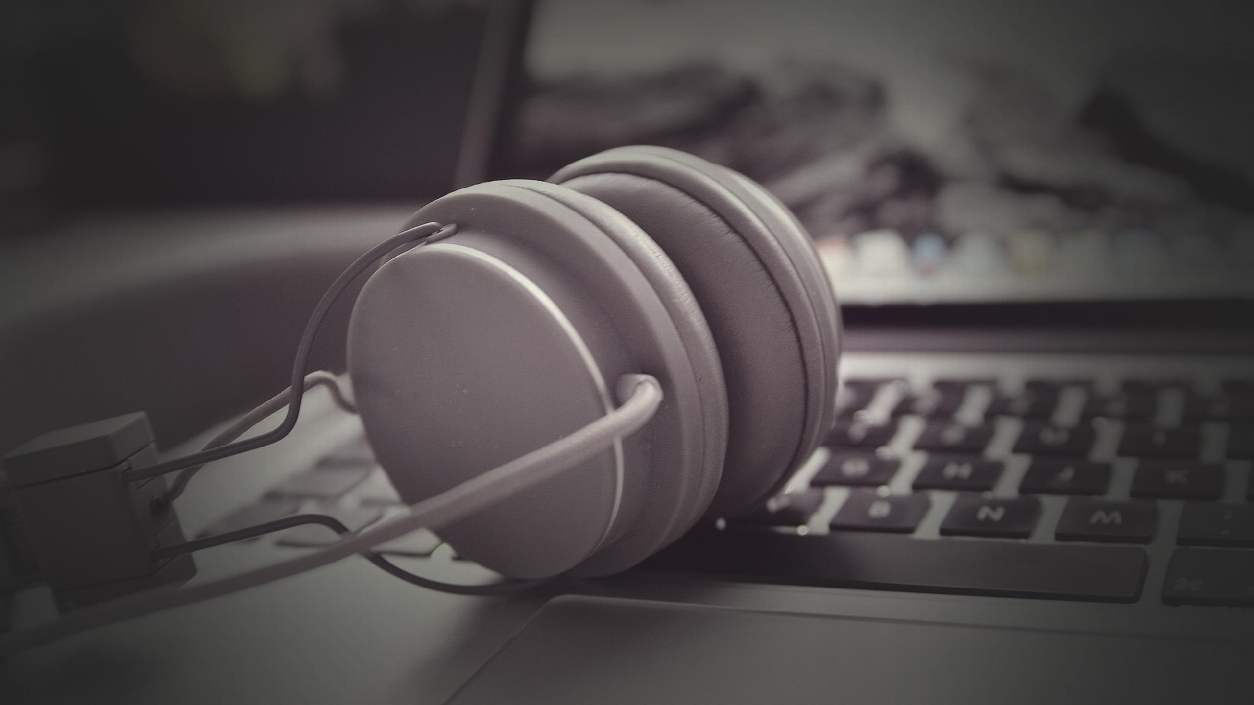Aircampus Kopfhörer auf Laptop Tastatur in schwarz-weiß