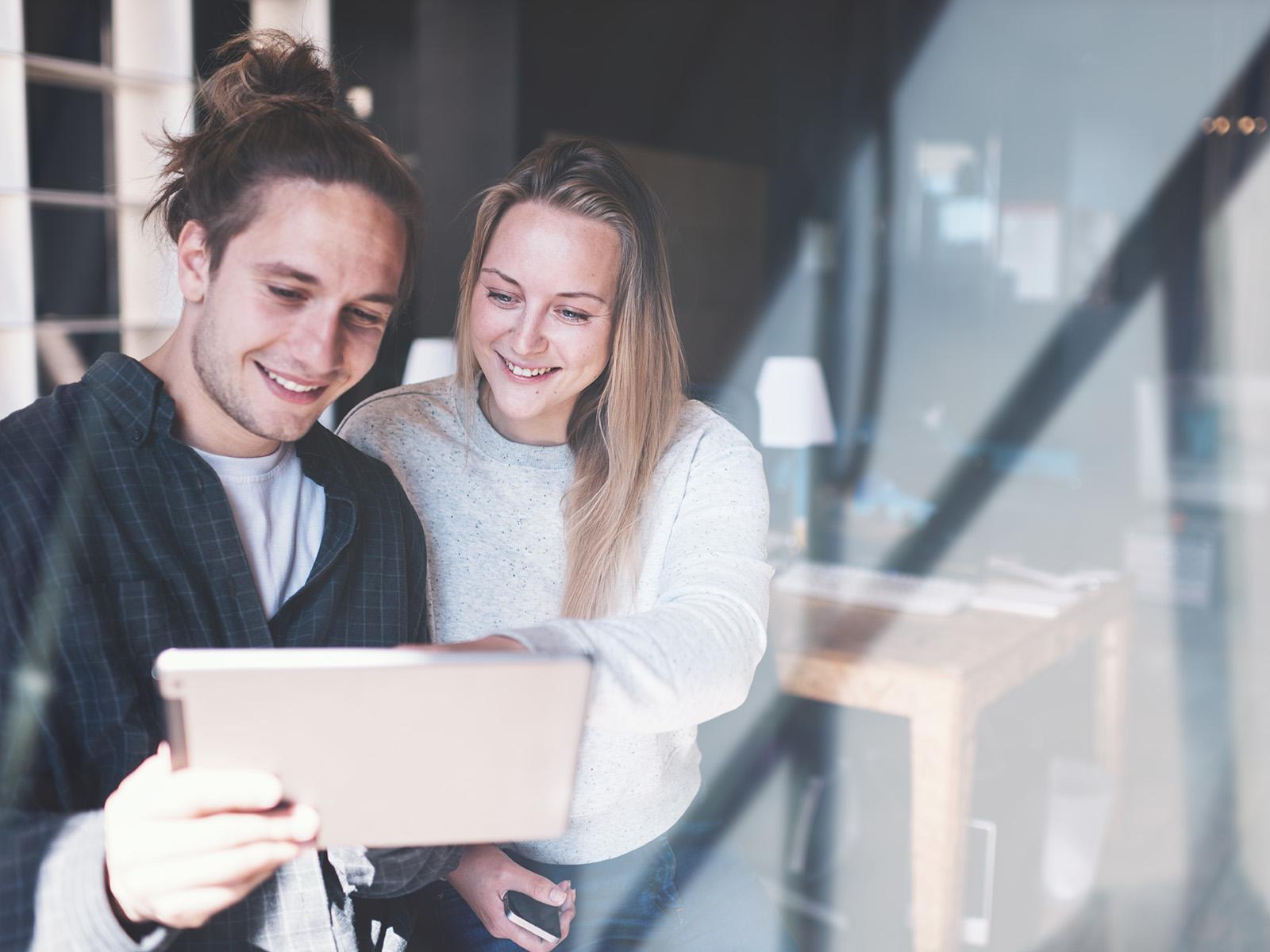 Zwei Personen besprechen das App Design am Tablet