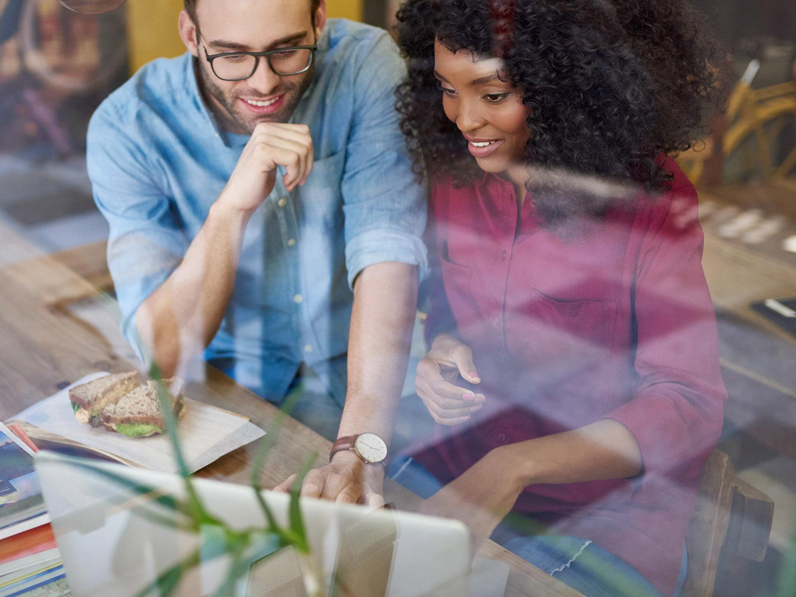 Zwei Personen planen gemeinsam den Content am Laptop