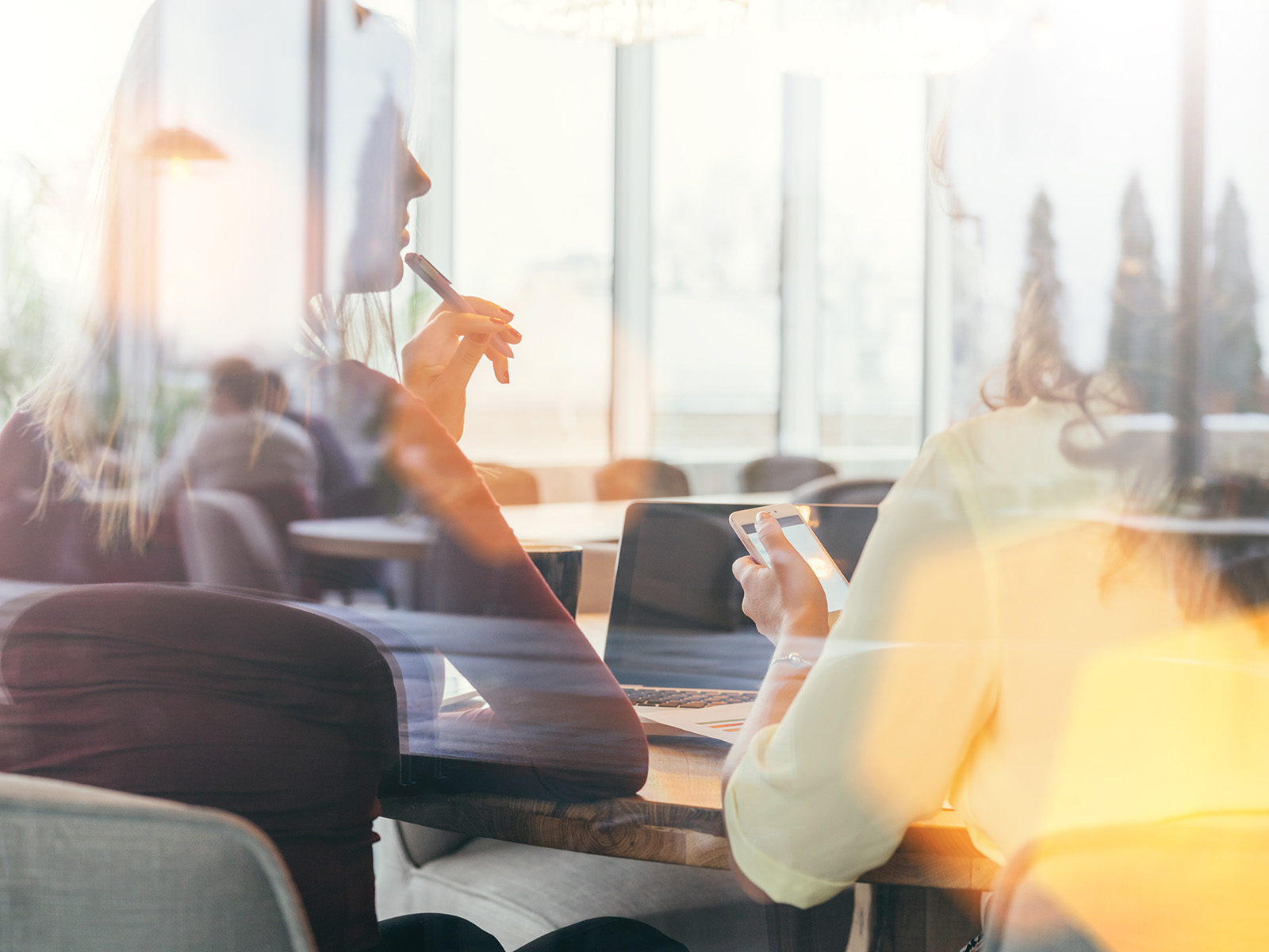 Zwei Frauen besprechen im Office Digital Branding Themen