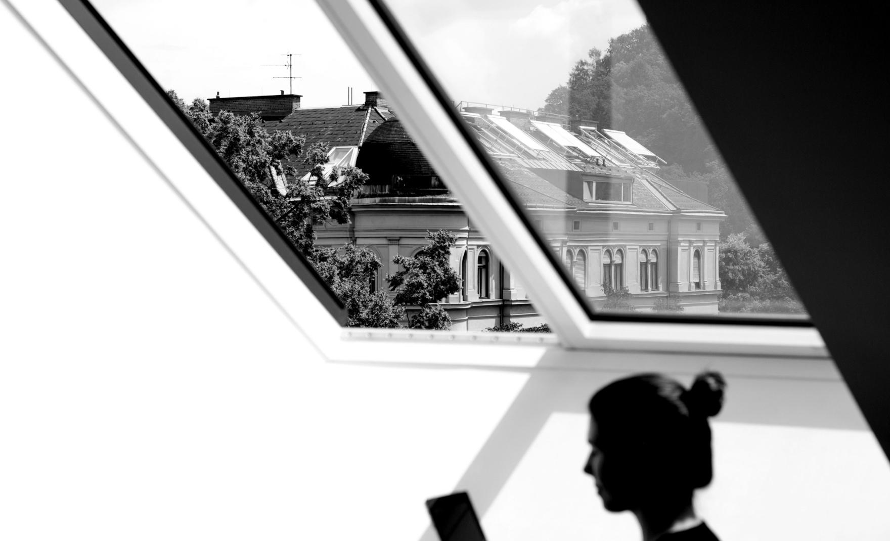 Conversory Mitarbeiterin im Besprechungsraum der Online-Agentur unter Dachfenster in Graz