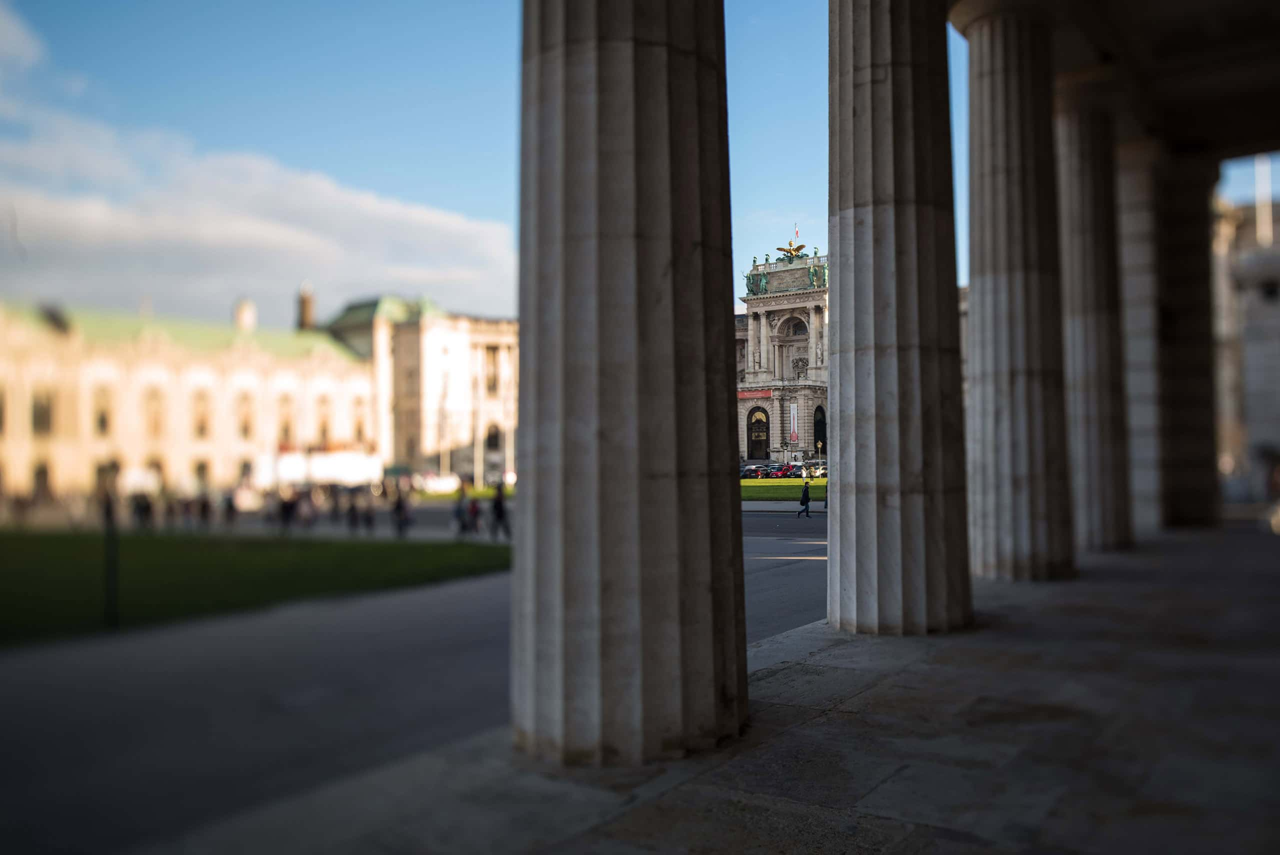 Heldenplatz in Wien mit Säulengang und Passanten