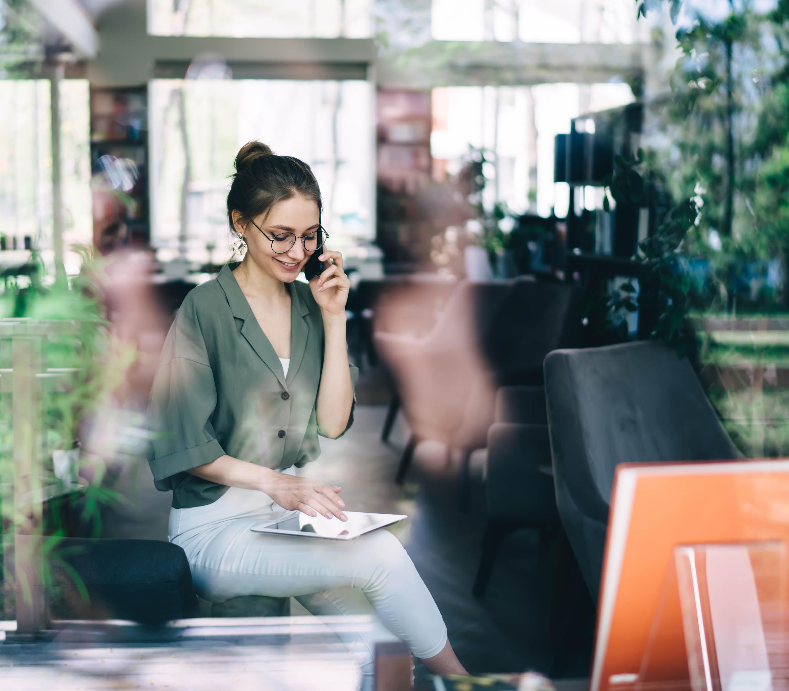 Mitarbeiterin im Office nutzt das Omni Channel Marketing Tool von Conversory