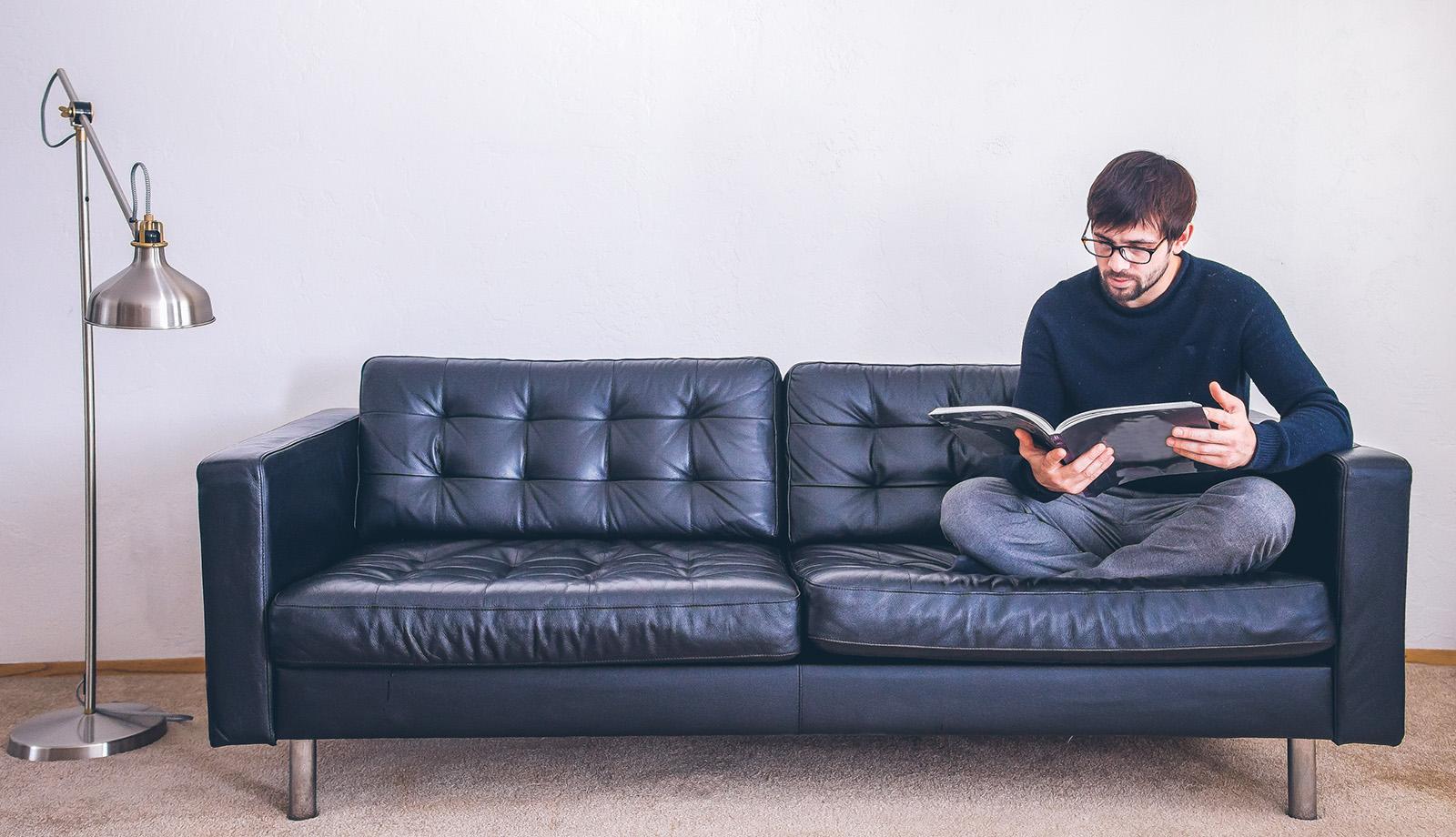 Conversory Mitarbeiter in der Konzeptionsphase auf der Couch