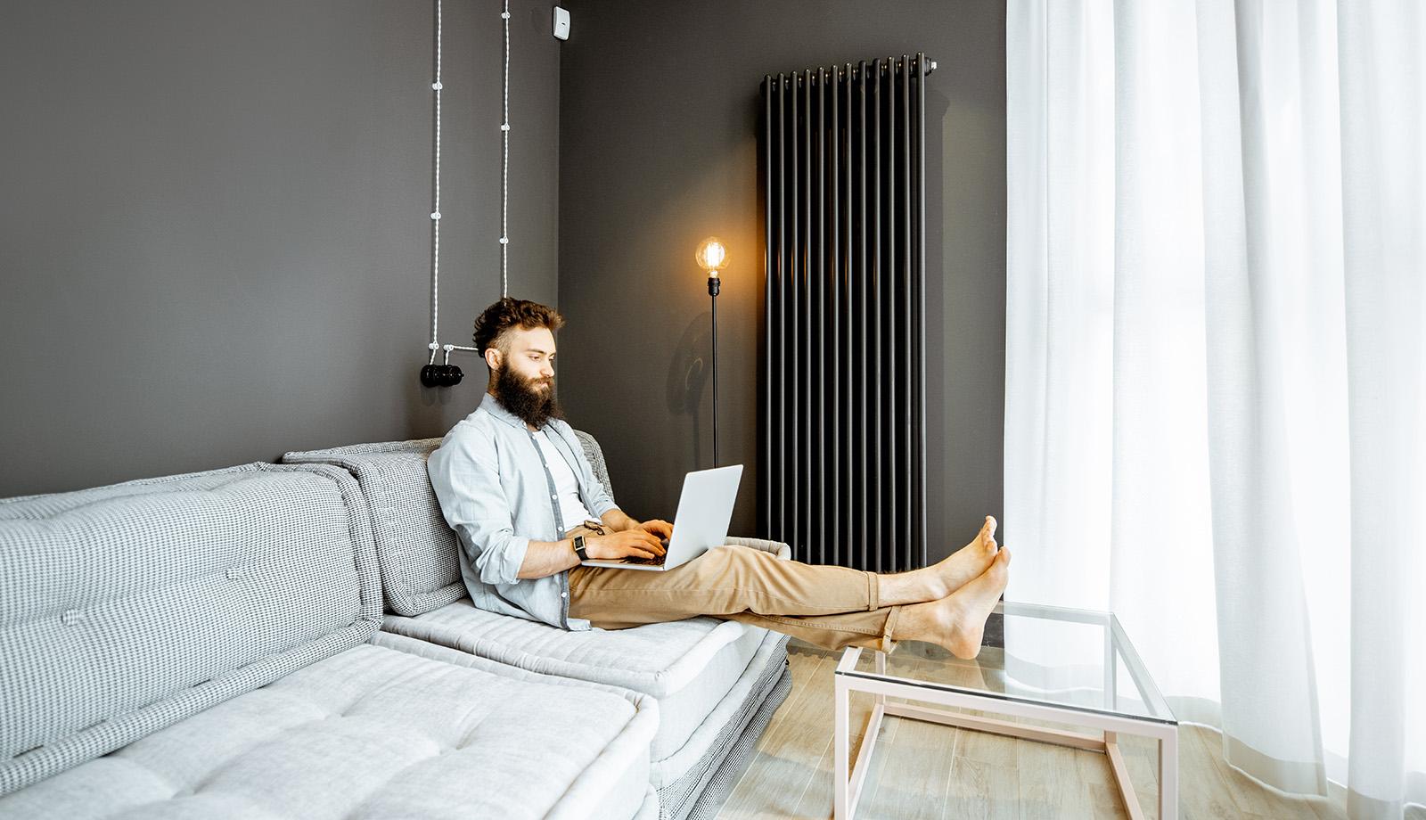 Conversory Mitarbeiter mit Laptop im Homeoffice