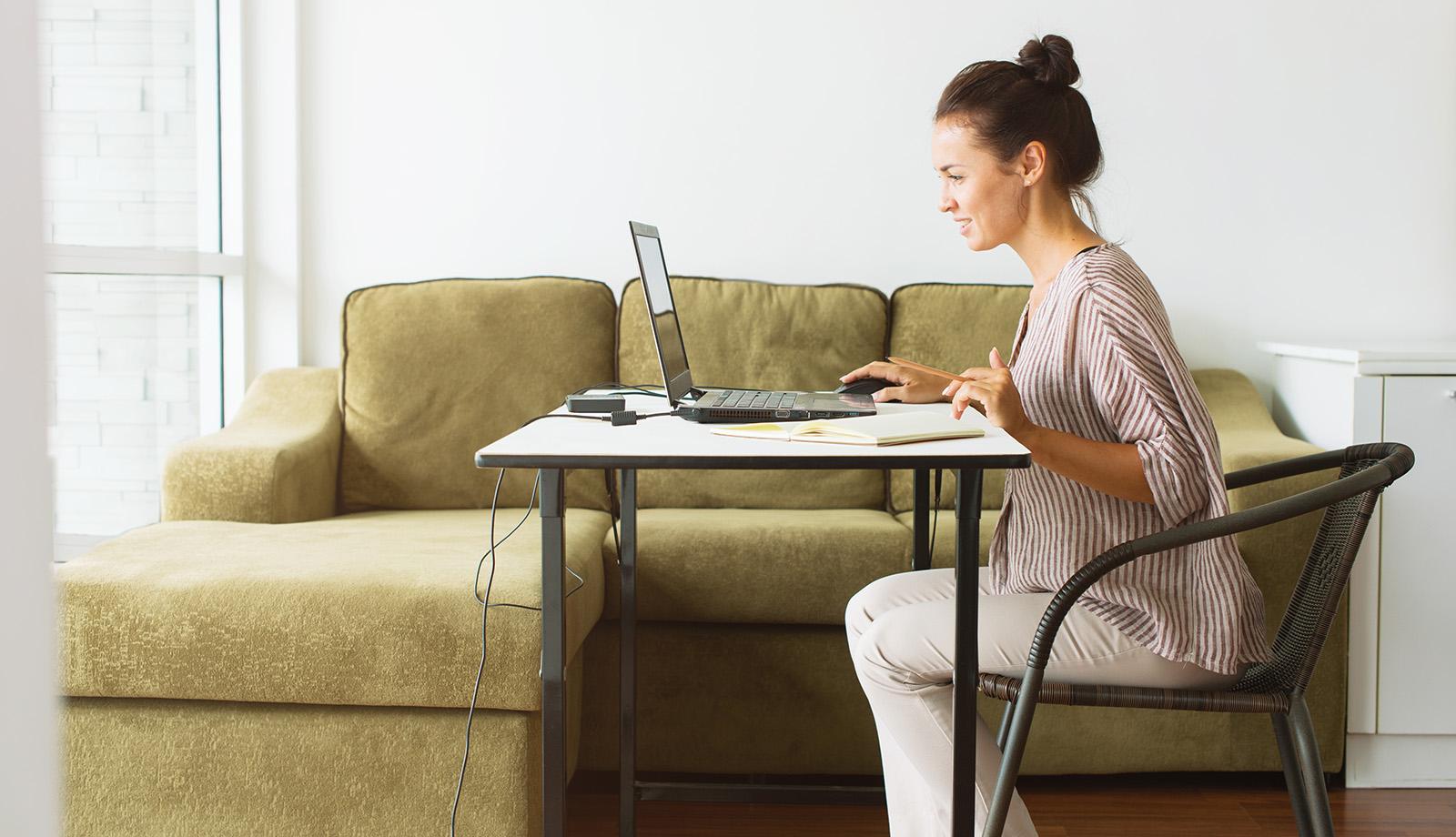 Conversory Mitarbeiterin vor ihrem Laptop im Homeoffice