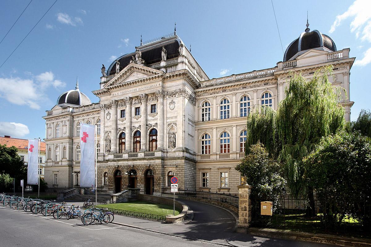 TU Graz Alte Technik Außenansicht mit Bäumen im Sommer © TU Graz