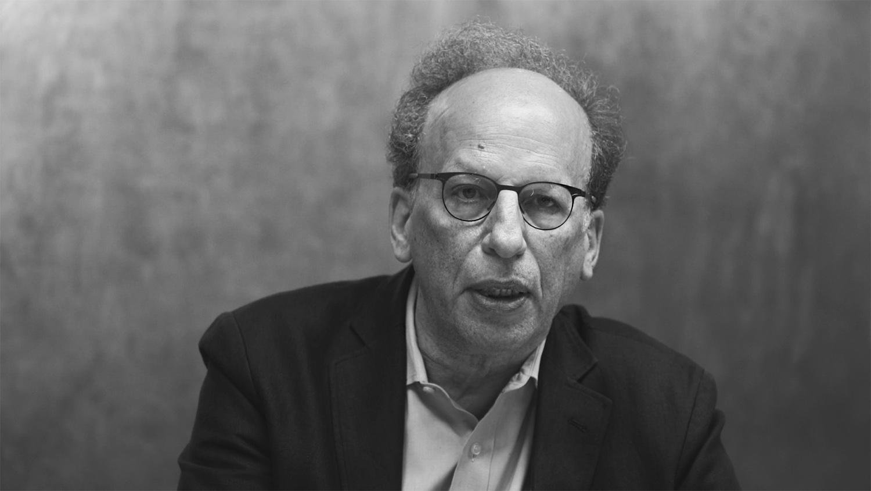 Fred Ritchin ehemaliger Bild-Editor des New York Times Magazine mit Brille schwarz weiß