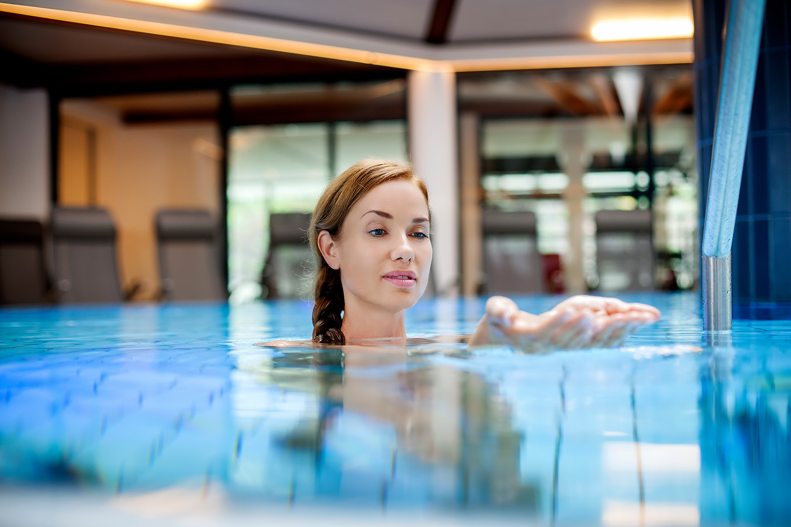 Heiltherme Bad Waltersdorf Frau genießt Thermalwasser im Pool
