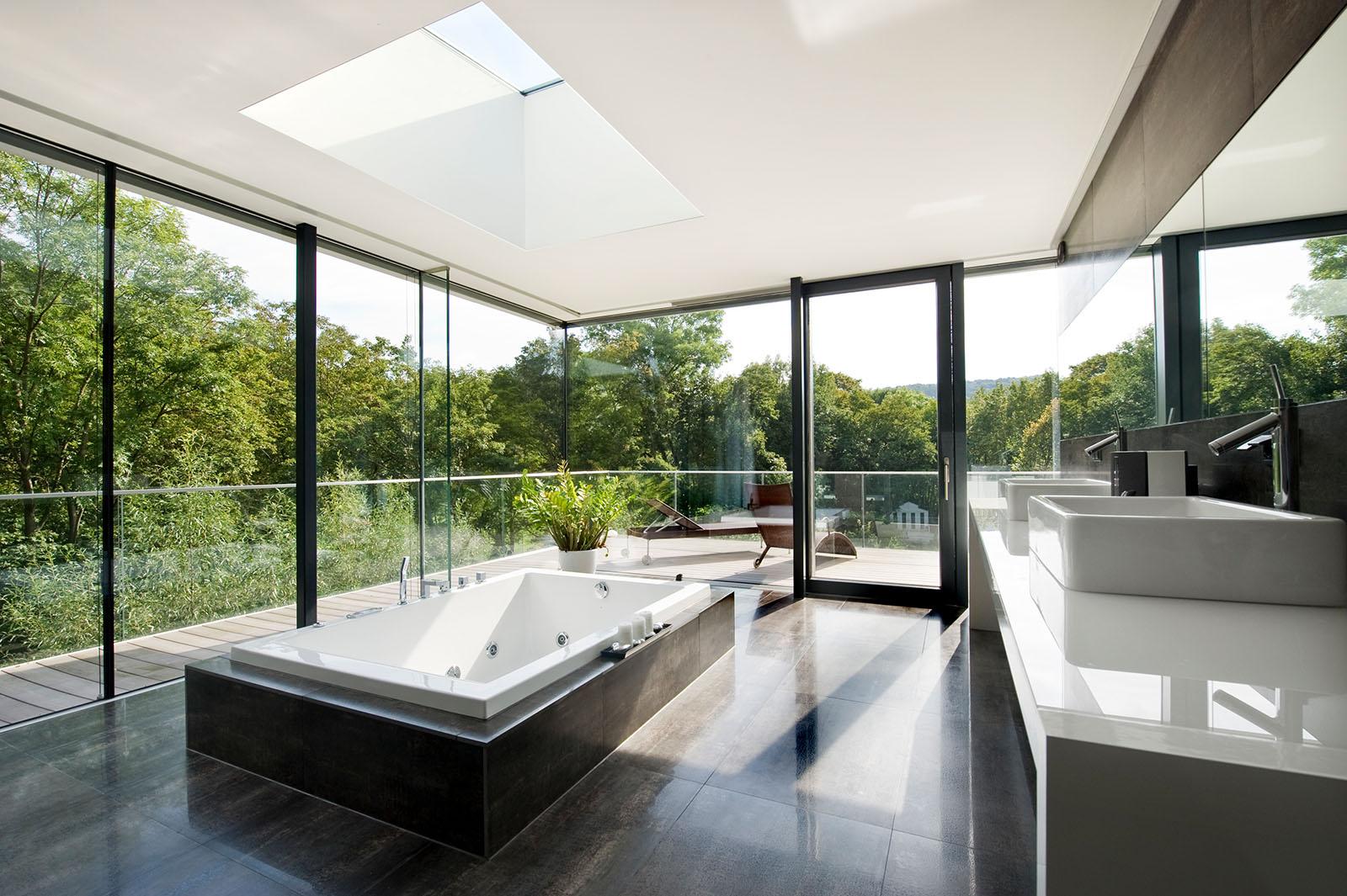 Wunschhaus Designer-Badezimmer mit Glasfronten und Blick ins Grüne