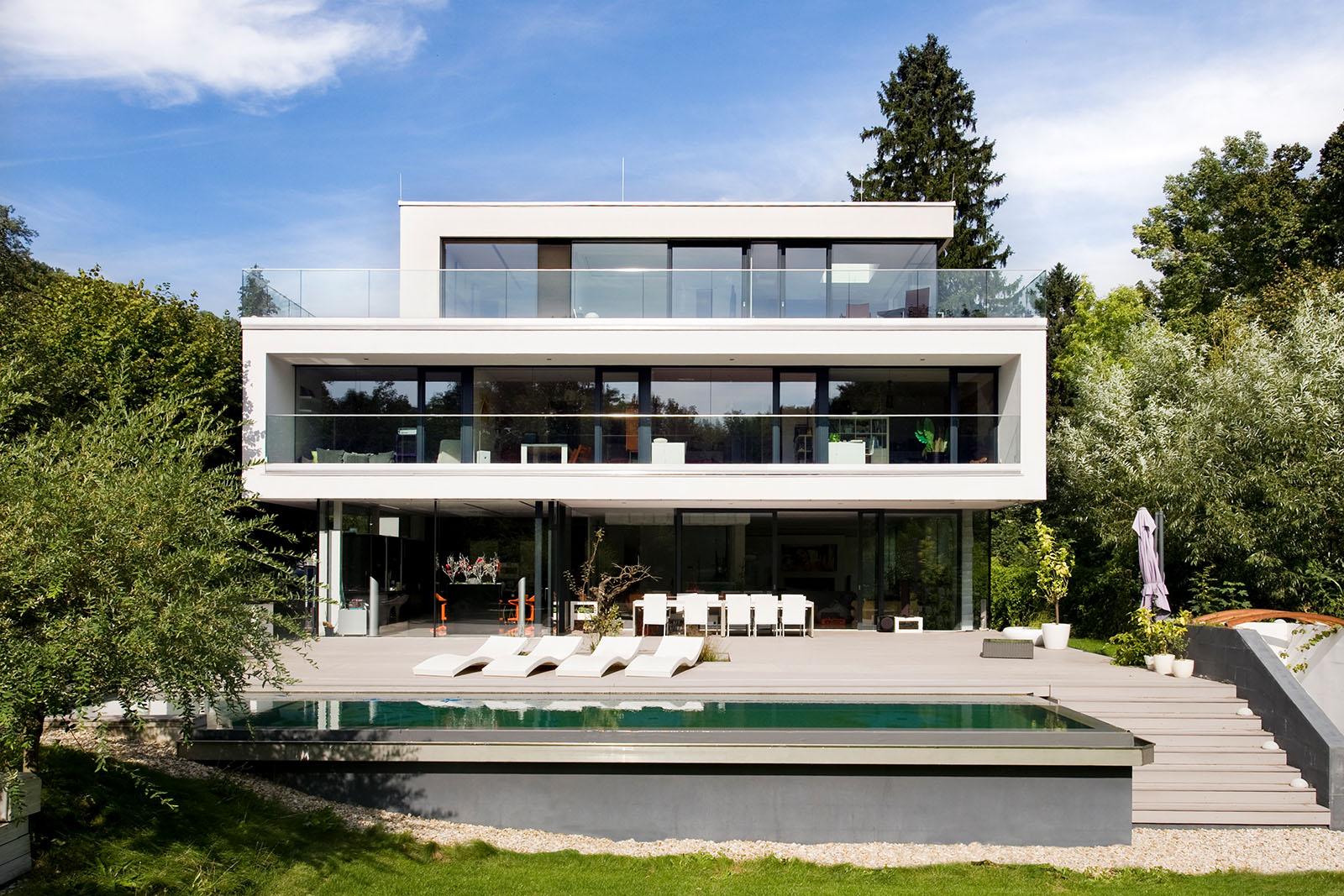 Wunschhaus-Haus Außenansicht mit Pool und Liegen