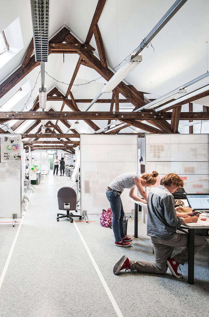 FH Studenten arbeiten im Atelier im Dachgeschoss an ihren Projekten