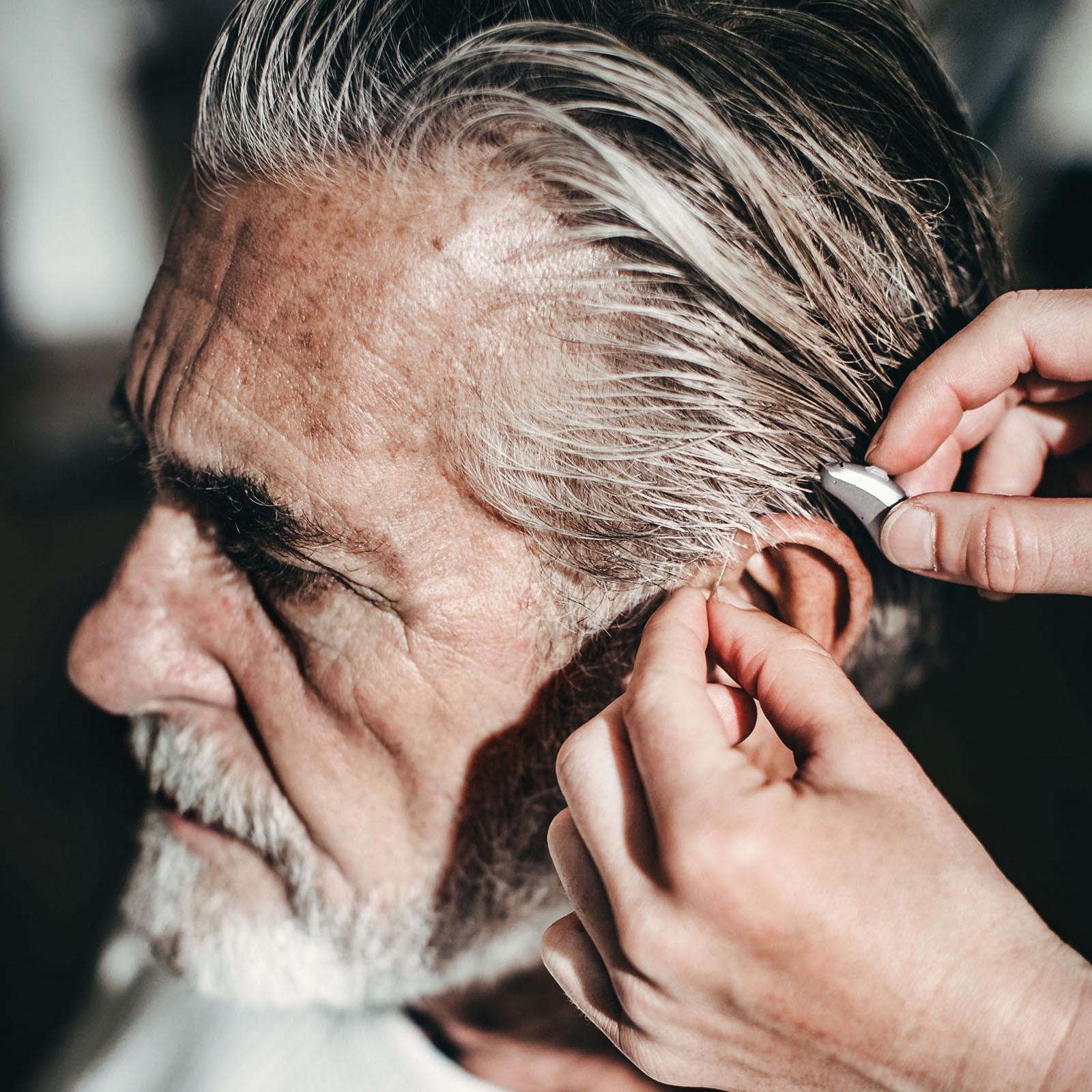 Neuroth Hörgerät Anpassung bei älterem Mann mit Bart