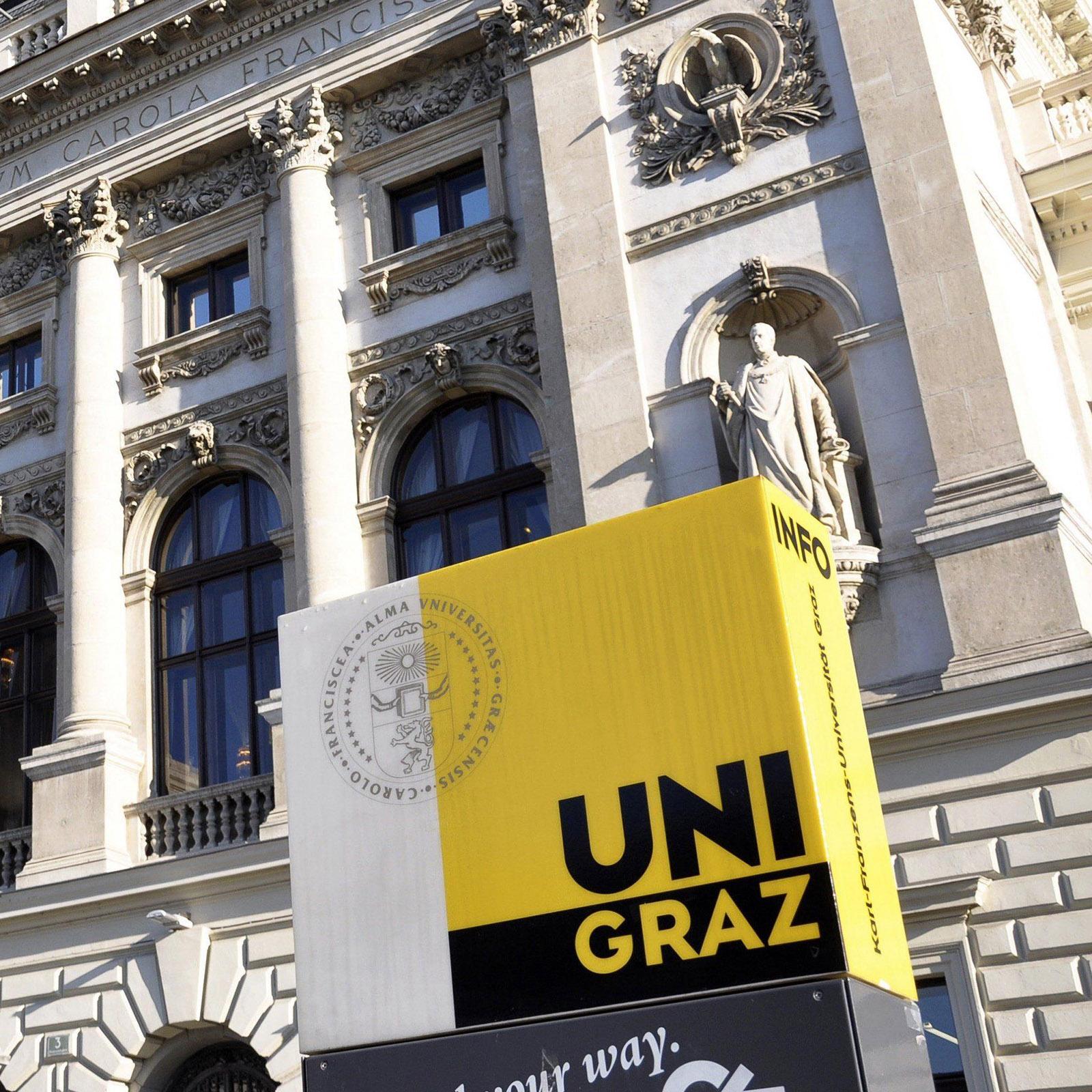 Uni Graz Außenansicht der historischen Fassade mit Infotafel