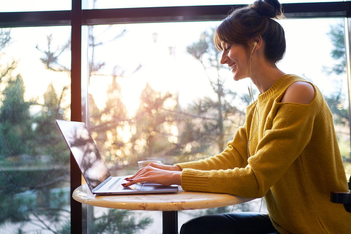 Studentin der Universität Graz lernt im Cafe am Laptop