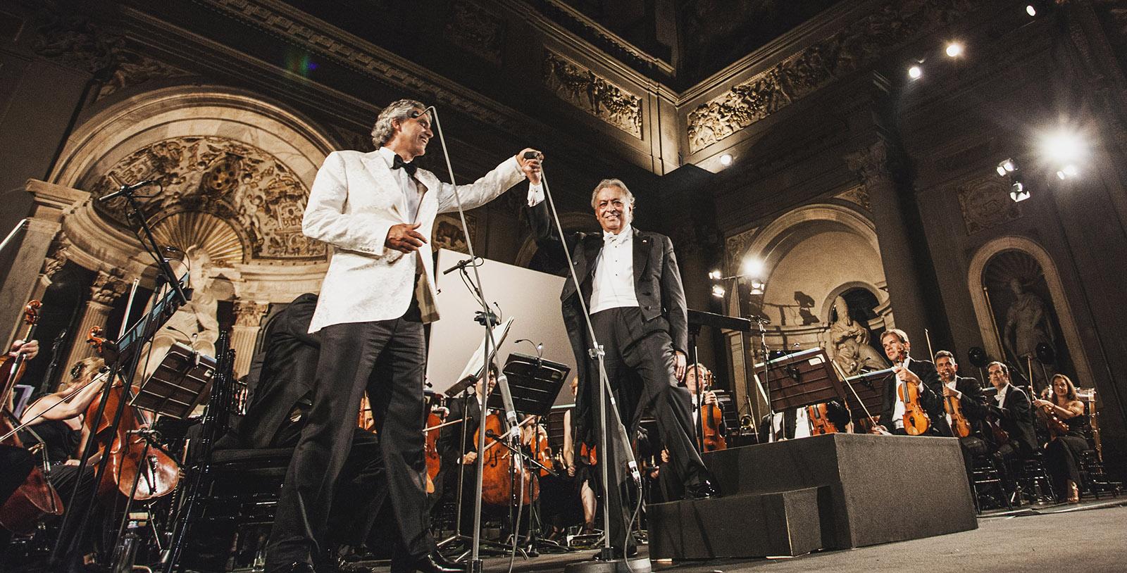 Andrea Bocelli live mit Orchester und Künstlerkollege auf Bühne