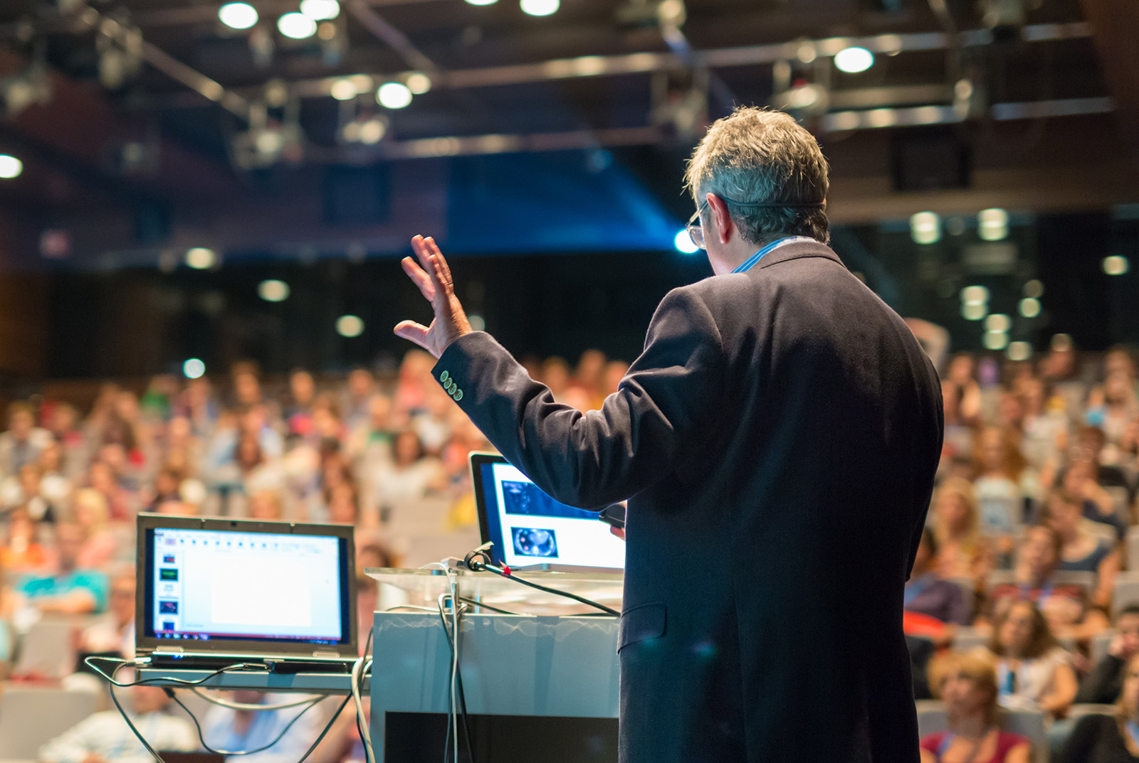 CSH Conference Speaker mit Laptops vor Publikum