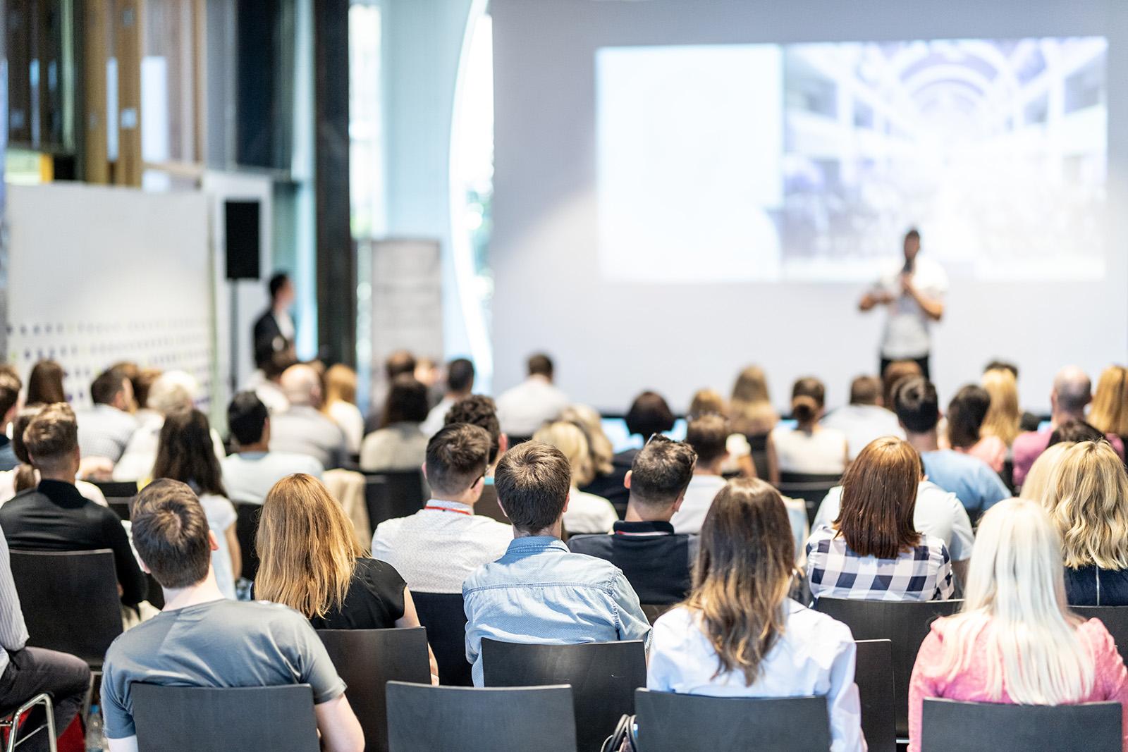 FH Studenten in einem Konferenzsaal bei einem Vortrag