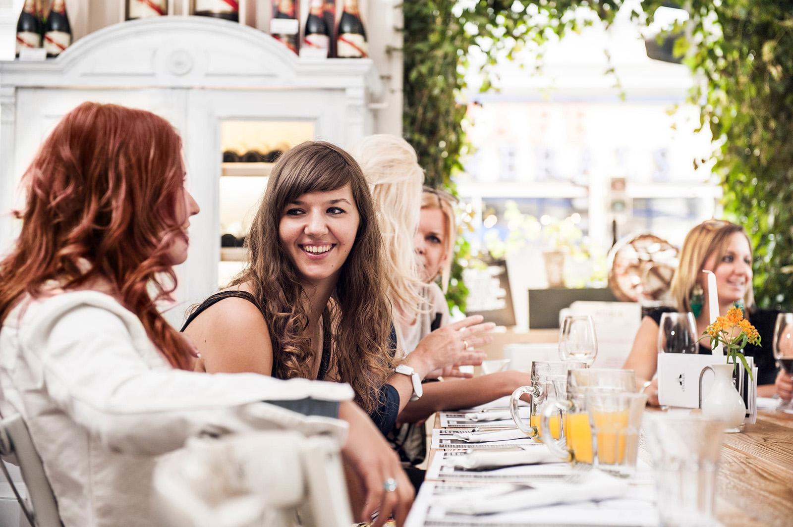 Gäste genießen bei Tisch Unterhaltung