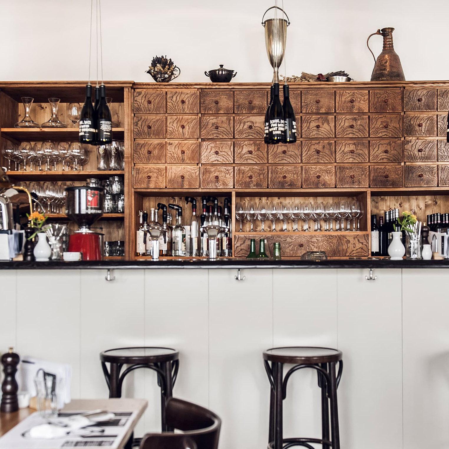Bar mit Hockern und Regal im Restaurant DerSteirer