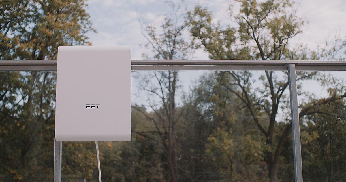 EET-Solmate Minikraftwerk mit Befestigung an Glaswand im Freien