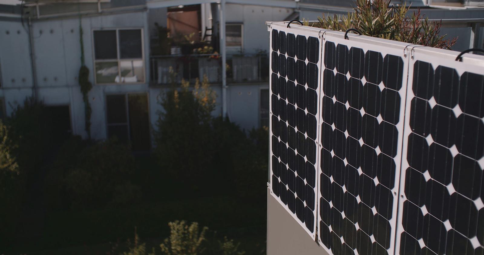 Solarzellen an einem Balkon in einer Siedlung