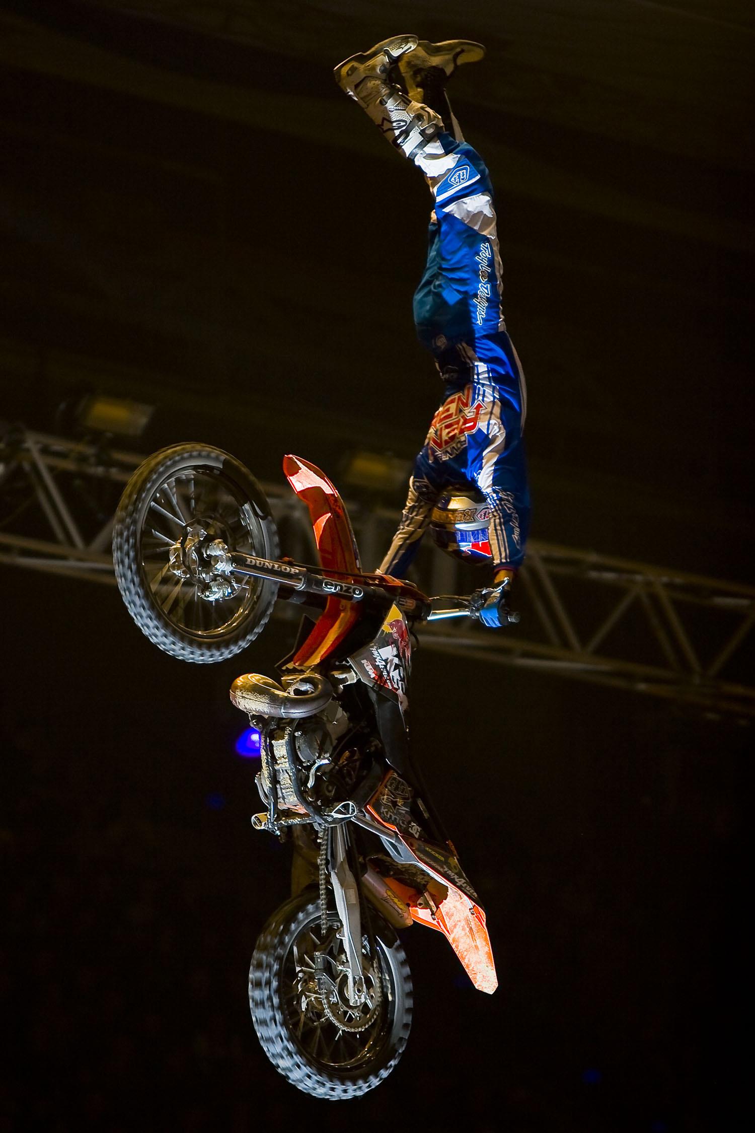 Masters-of-Dirt Waghalsiger Stunt am Motorrad Sprung kopfüber