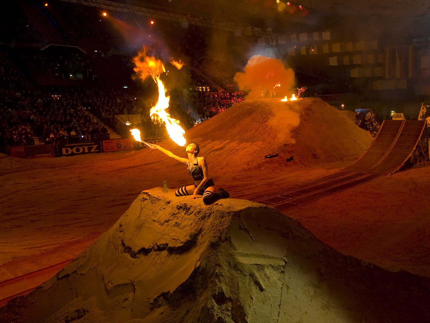 Masters-of-Dirt Fuel Girls machen Feuershow am Track in Halle