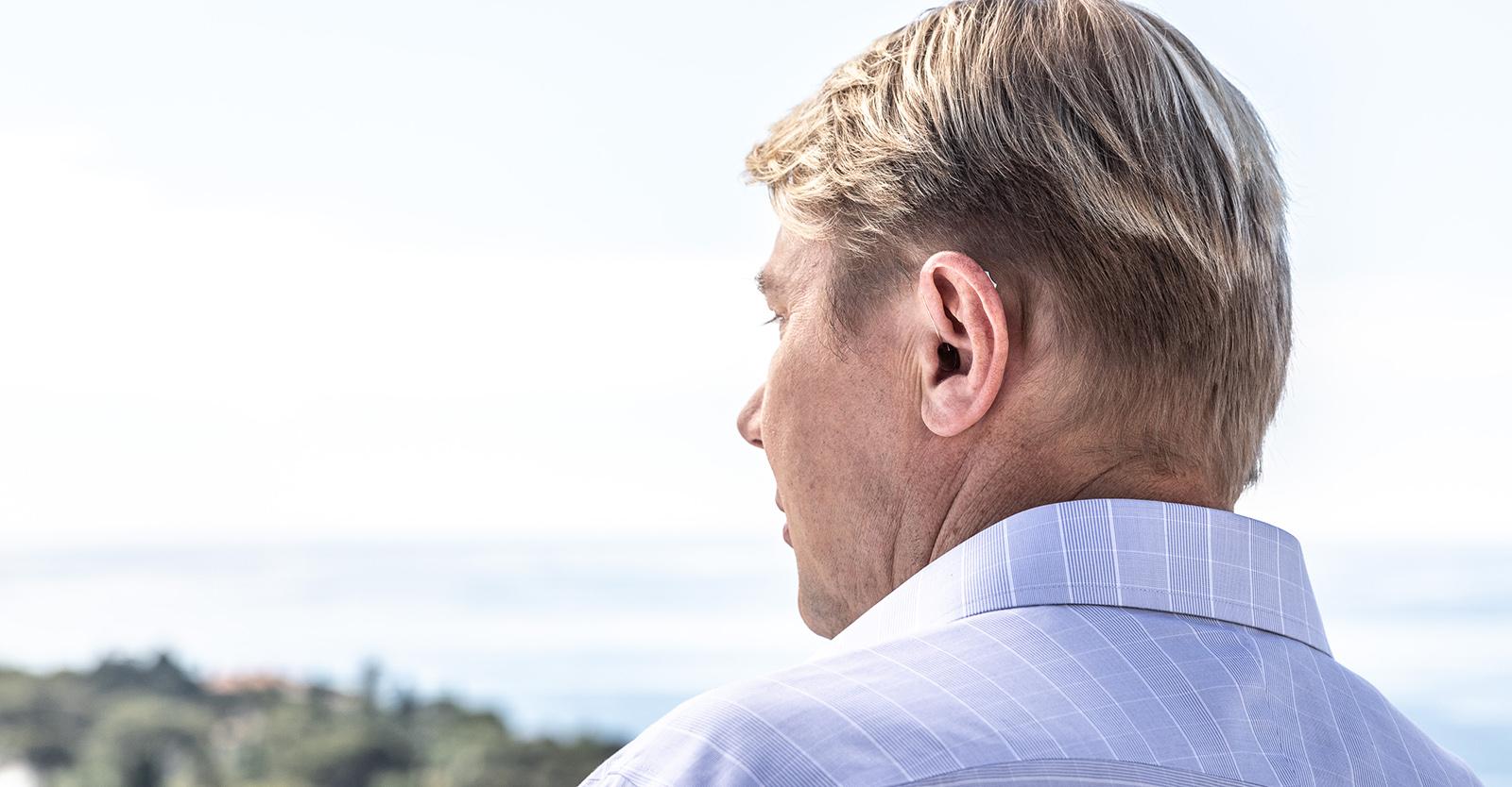 Mika Haekkinen in Hemd mit Blick auf die Landschaft