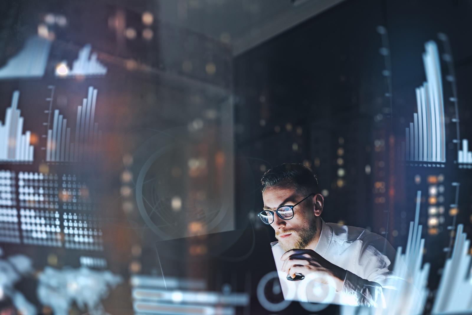 NTS IT-Techniker mit Brille vor Laptop bei der Arbeit