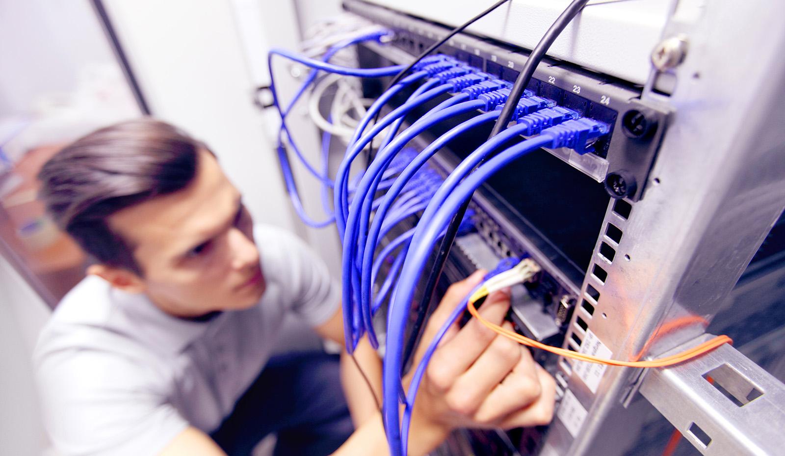 NTS Service-Techniker beim Cable Management im Serverraum