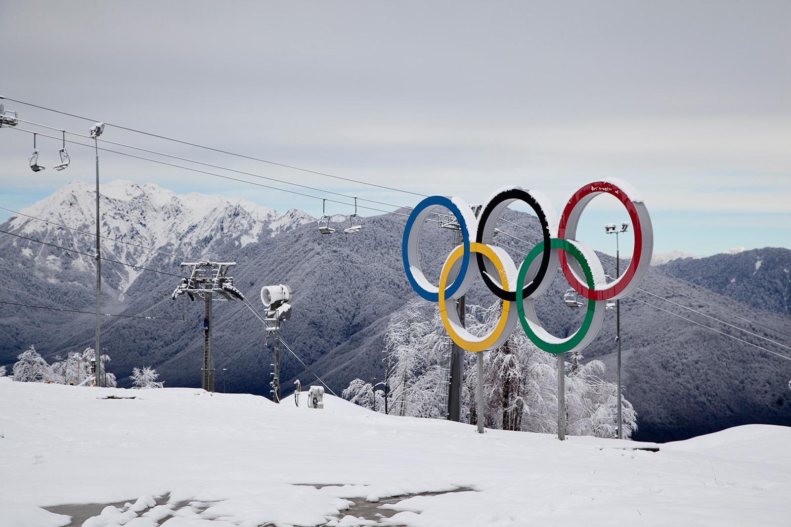 Olympische Ringe vor Bergpanorama mit Skilift