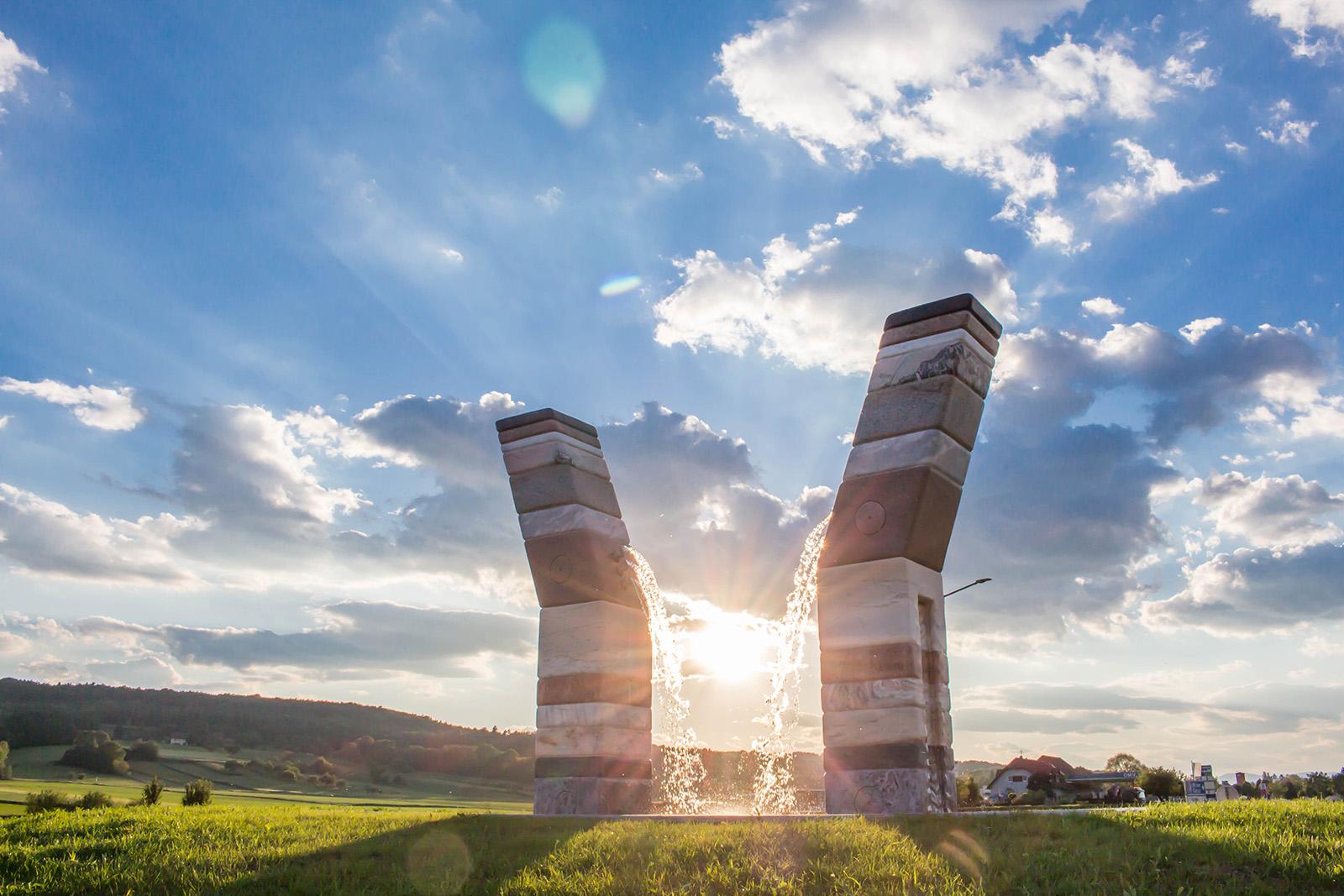 Modernes Kunstwerk in der Tourismusregion Bad Waltersdorf im Rahmen des Projekts Kunst im Kreisverkehr