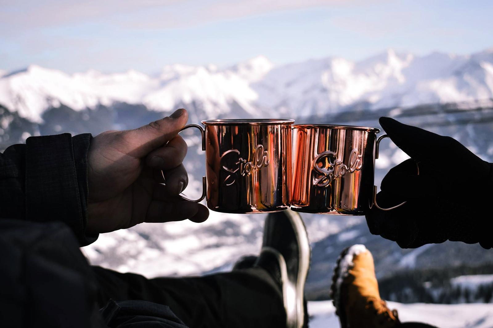 Anstossen mit Glühwein im Kupferbecher mit Blick über die imposante Bergwelt Gasteins
