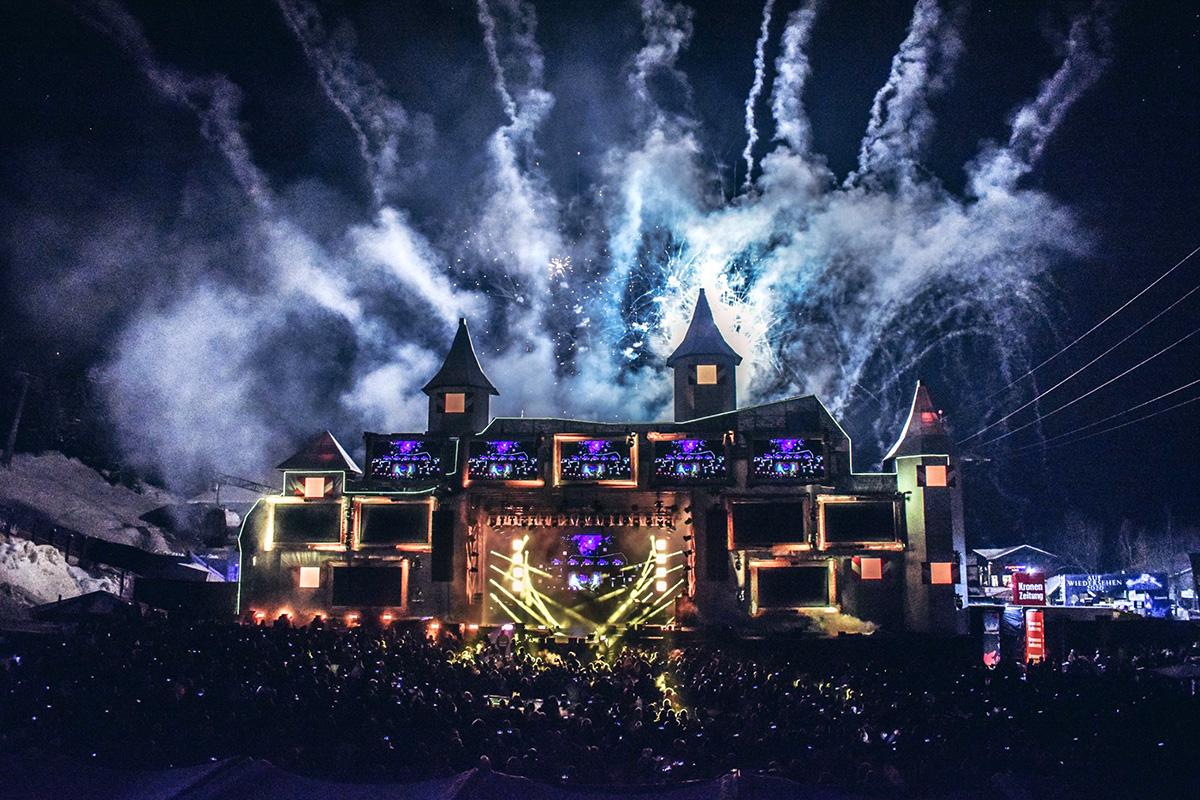 Bühne mit Feuerwerk und Lichtshow am Sound-and-Snow-Festival in Gastein