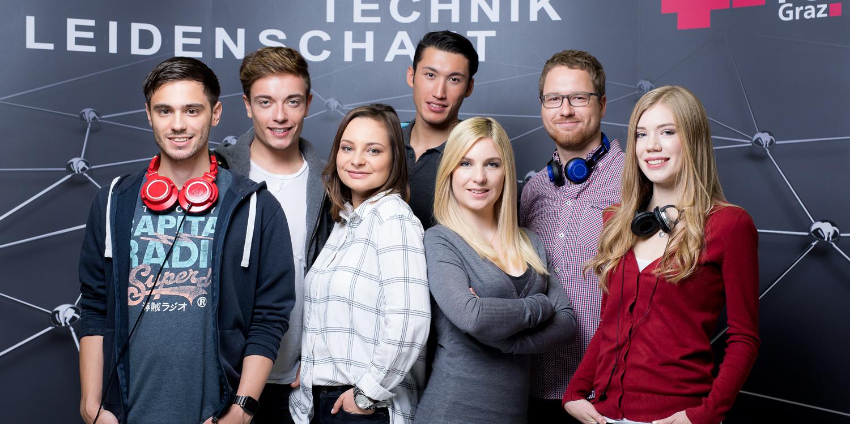Studenten der TU Graz vor Aufsteller