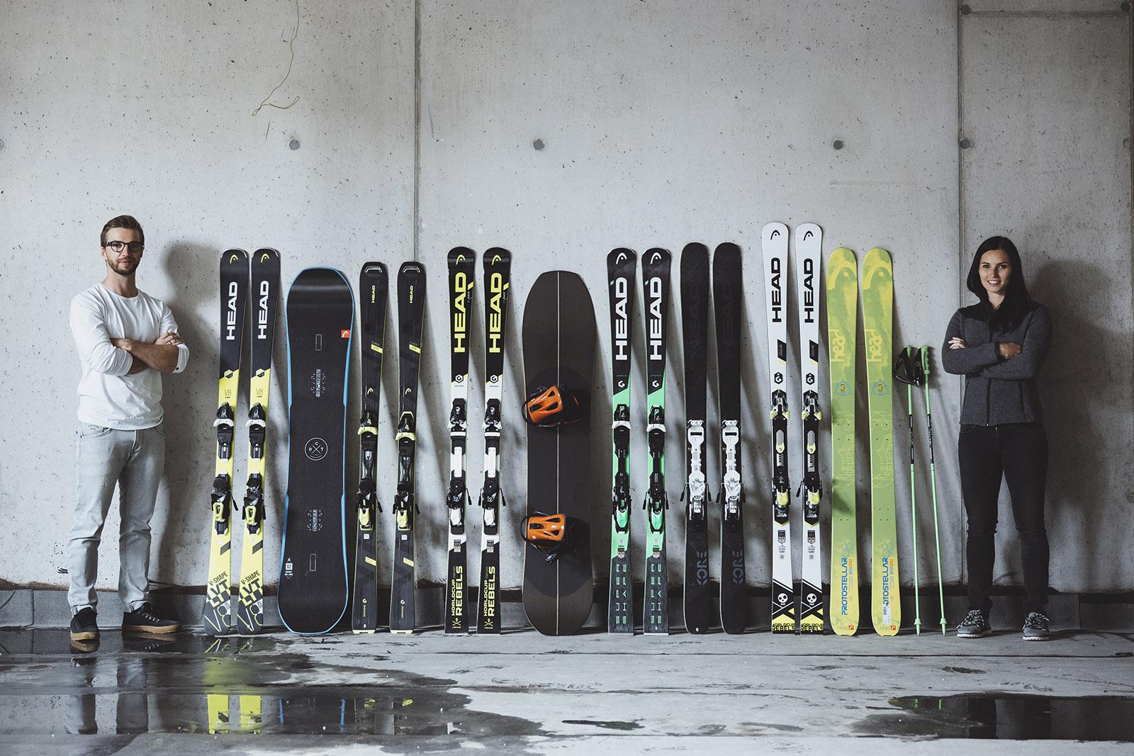 Anna und Manuel Veith posieren mit Skimaterial