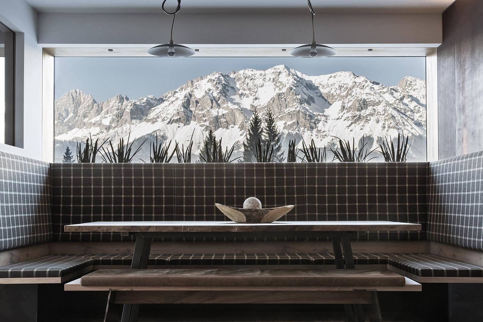 Panoramablick auf die verschneiten Berge aus dem ARX Boutiquehotel in Rohrmoos