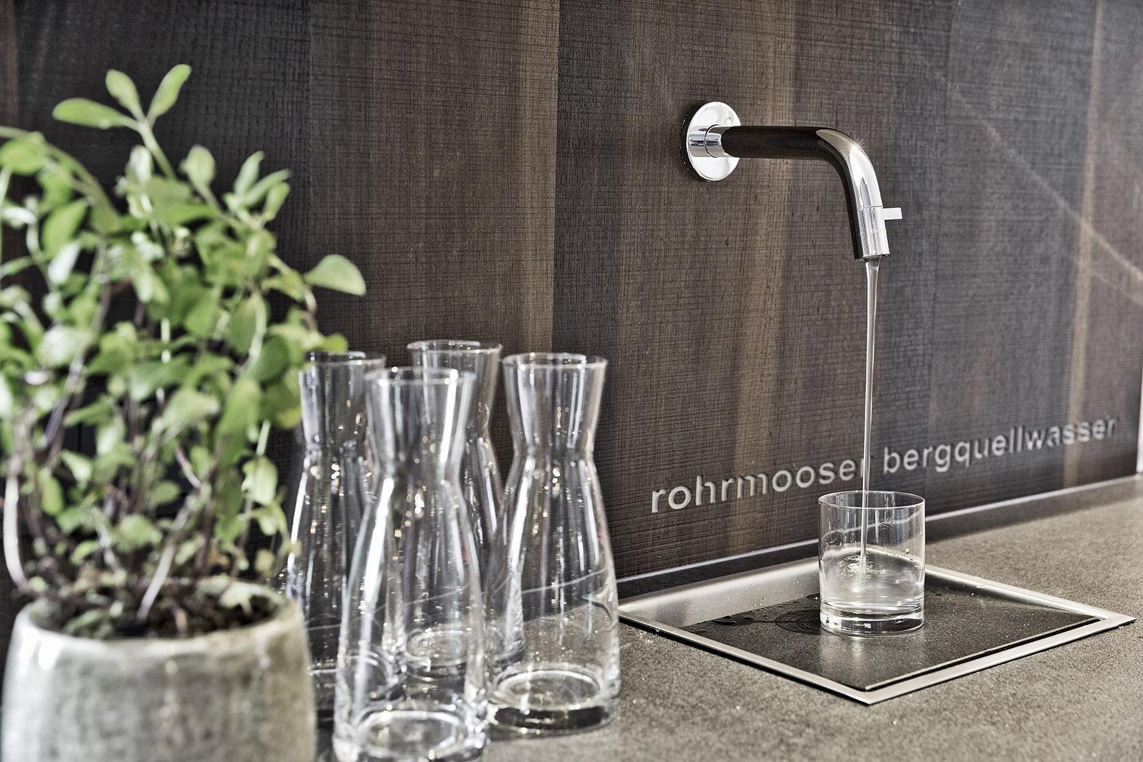ARX Hotel bietet Bergquellwasser aus dem Wasserhahn mit Gläsern und Karaffen