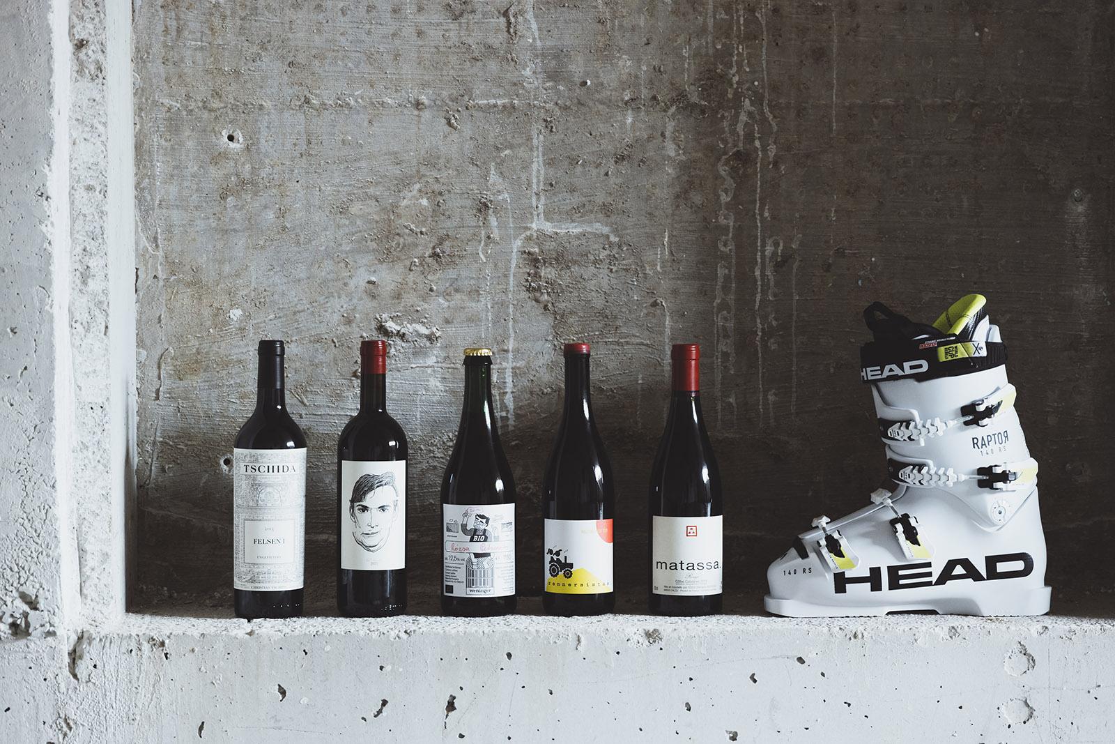 Wein und Skischuh am Display im ARX Hotel in Rohrmoos